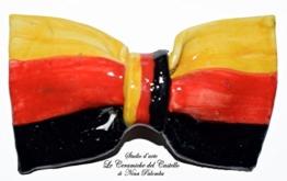 Fliege Keramik Flag Linie Deutsch Piece Unique Hergestellt und von Hand bemalt Le Ceramiche del Castello Made in Italy Maße: 10 x 6 cm. -