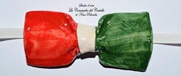 Fliege Keramik Flag Linie Italien Piece Unique Hergestellt und von Hand bemalt Le Ceramiche del Castello Made in Italy Maße: 12 x 4.5 cm. -