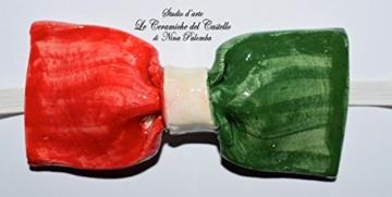 Fliege Keramik Flag Linie Italien Piece Unique Hergestellt und von Hand bemalt Le Ceramiche del Castello Made in Italy Maße: 10 x 5 cm. -