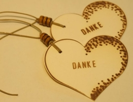 Geschenkanhänger DANKE/ 2 STÜCK/ Präsentanhänger/ Geschenkdekoration/ Glückwunschkärtchen/ Gift Tag/ Deko - Anhänger/ Herzanhänger/ Holzschliffpappe/ Naturdeko -