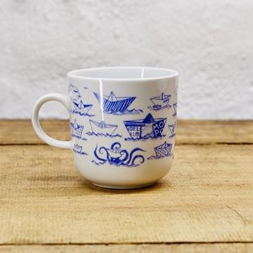 kaffeebecher becher maritimes design papierschiffchen porzellan blau weiss von ahoi. Black Bedroom Furniture Sets. Home Design Ideas