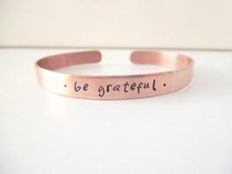 """Kupfer Armreif """"be grateful"""" handgestempelt 6mm breit glänzend geschwärzt -"""
