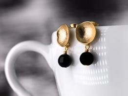 Matt vergoldete Kelch-Ohrringe mit Onyx-Perlen -