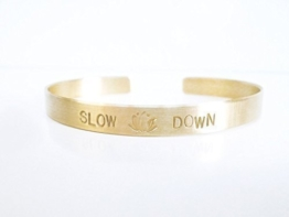 Messing Armreif SLOW DOWN und einem Lotus handgestempelt 6mm breit glänzend ungeschwärzt -