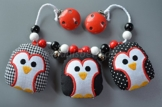 Nählsbeth Kinderwagenkette Pinguin - schwarz, rot - mit einem Knister-, Rassel- und Quietscher-Pinguin und zwei Glöckchen -