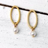 Perlen-Ohrringe: Ovale Ohrstecker, matt vergoldet, mit Muschelkernperle -