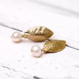 Perlenschmuck: Matt vergoldete Blatt-Ohrstecker mit zarter Süßwasser-Perle -