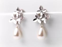 Perlenschmuck: Matt-versilberte Kirschblüten-Ohrstecker mit Süßwasser-Tropfen-Perle -