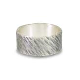 Ring aus Silber, schräg verlaufender Hammerschlag, geschmiedet, geschwärzt -