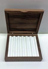 Schatulle aus Holz für Füller, Einteilung mit Stoff verkleidet. -