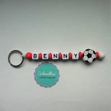Schlüsselanhänger mit Namen Gravur Motivperle Fußball Kindergartentasche Schultasche Rucksack Schlüsselring Vereinsfarben rot weiß | Junge Mädchen Namenskette -