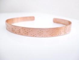 Schneeflocken Kupfer Armreif handgestempelt Muster 6mm breit, satiniert -