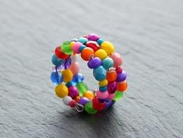 Spiralring mit kunterbunten Glasperlen und Rocailles -
