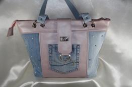 trendige Handtasche Echtleder rose kombiniert mit Jeans -